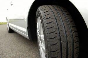 ¿Qué neumáticos duran más por menos dinero?