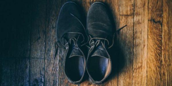 como limpiar zapatos de gamuza negra